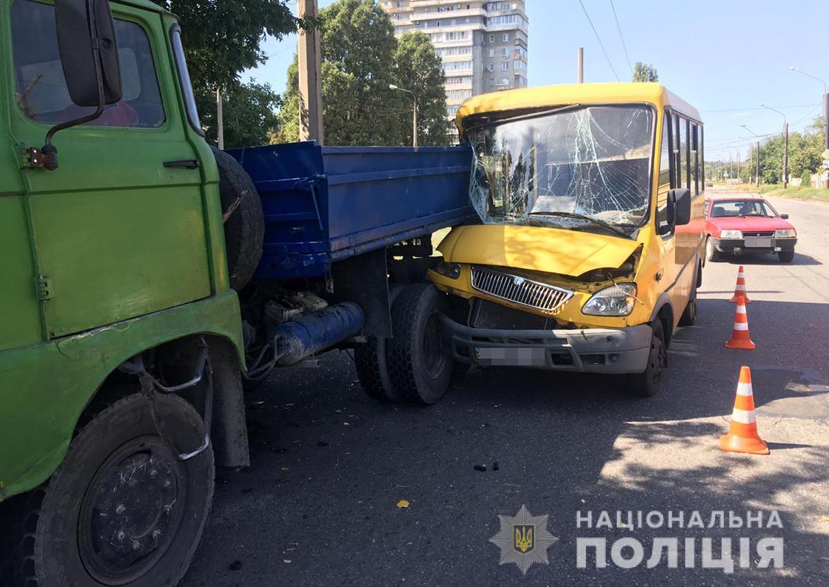 Масштабное ДТП: маршрутка столкнулась с грузовиком и легковушкой. Новости Украины
