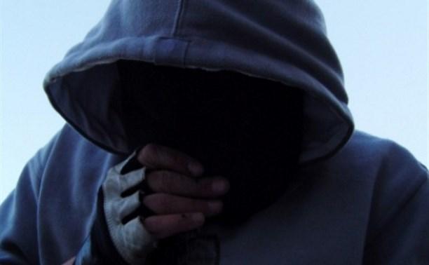 Кто грабит днепрян в подъездах: на камеры попали момент преступления и лицо нападавшего . Новости Днепра