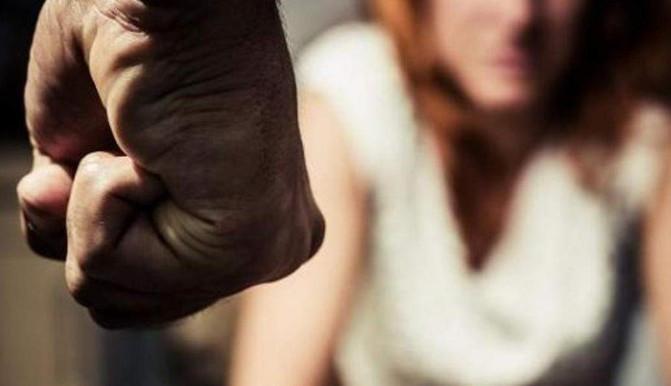 Девять ударов в голову: Мужчина прилюдно сильно избил беременную женщину. Новости Днепра