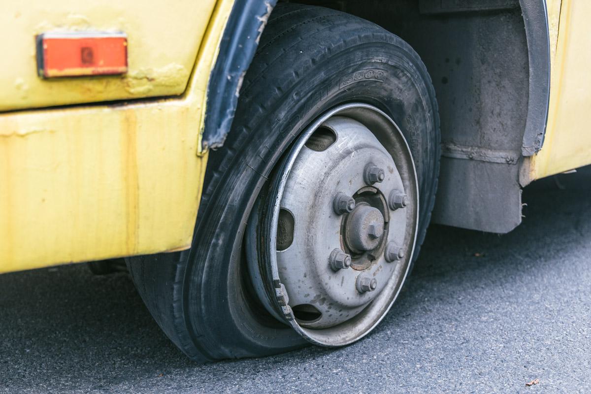 У маршрутки на ходу лопнуло колесо. Новости Днепра