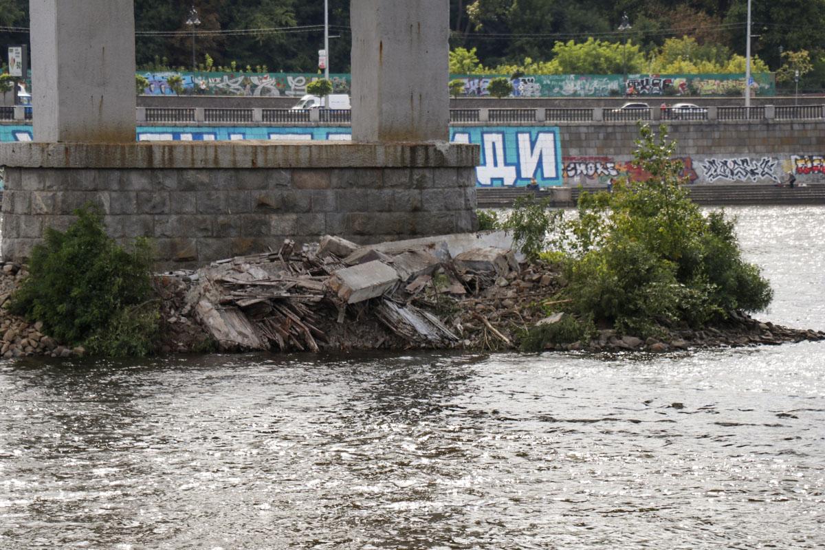 Рухнул мост: пешеходы оказались в опасности. Новости Украины