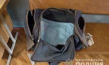Новорожденного малыша оставили на улице в спортивной сумке