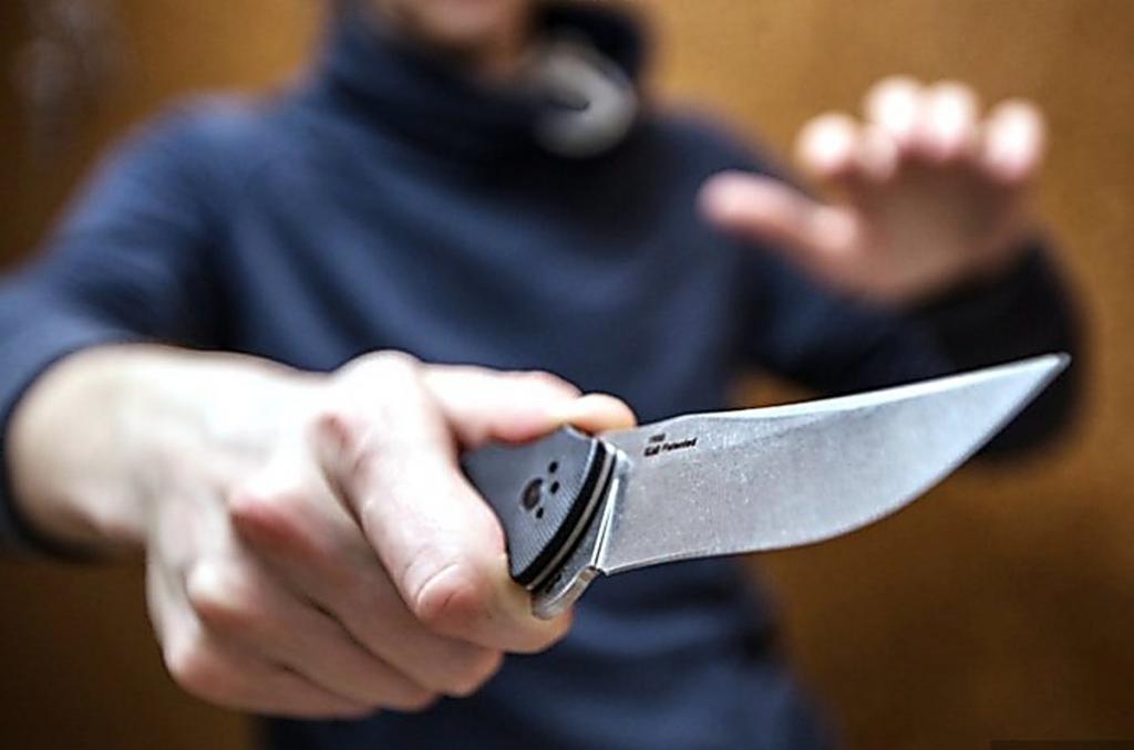 Напал на женщину с ножом: ограбление среди белого дня. Новости Днепра