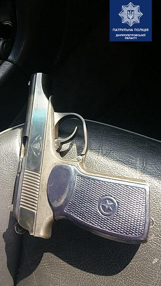 Патрульные остановили вооруженного водителя, и он начал есть улики. Новости Днепра