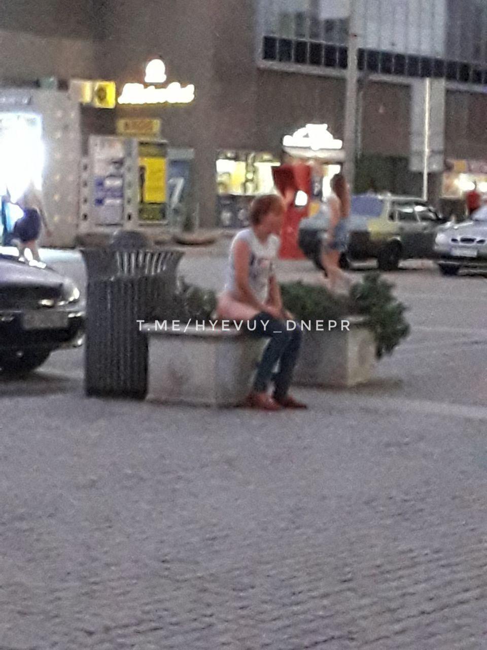 На Европейской площади женщина решила справить нужду в клумбу. Новости Днепра