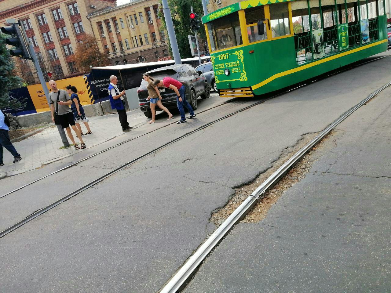 Авто с номерами «власть» заблокировало движение трамваев. Новости Днепра