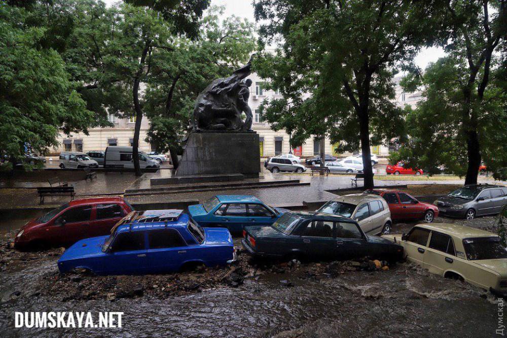 В Одессе снесло 10 автомобилей с парковки и сорвало асфальт с дороги. Новости Украины