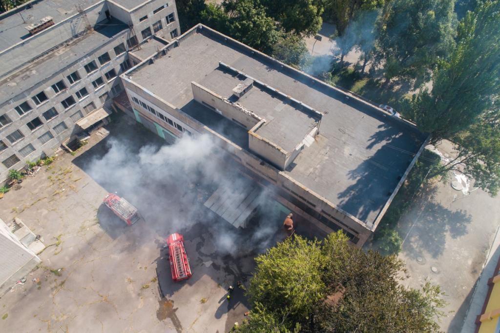 В Днепре сильный пожар: горит Межшкольный комбинат. Новости Днепра