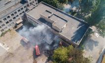В Днепре сильный пожар: горит Межшкольный комбинат