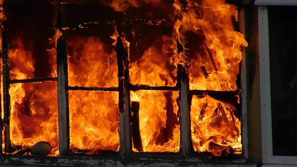 Спасатели вынесли на руках женщину с пожара в квартире. Новости Днепра