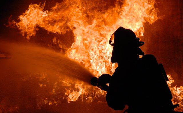 Сильное возгорание в Днепре: тушили 4 пожарных машины, сообщается о погибшей женщине. Новости Днепра