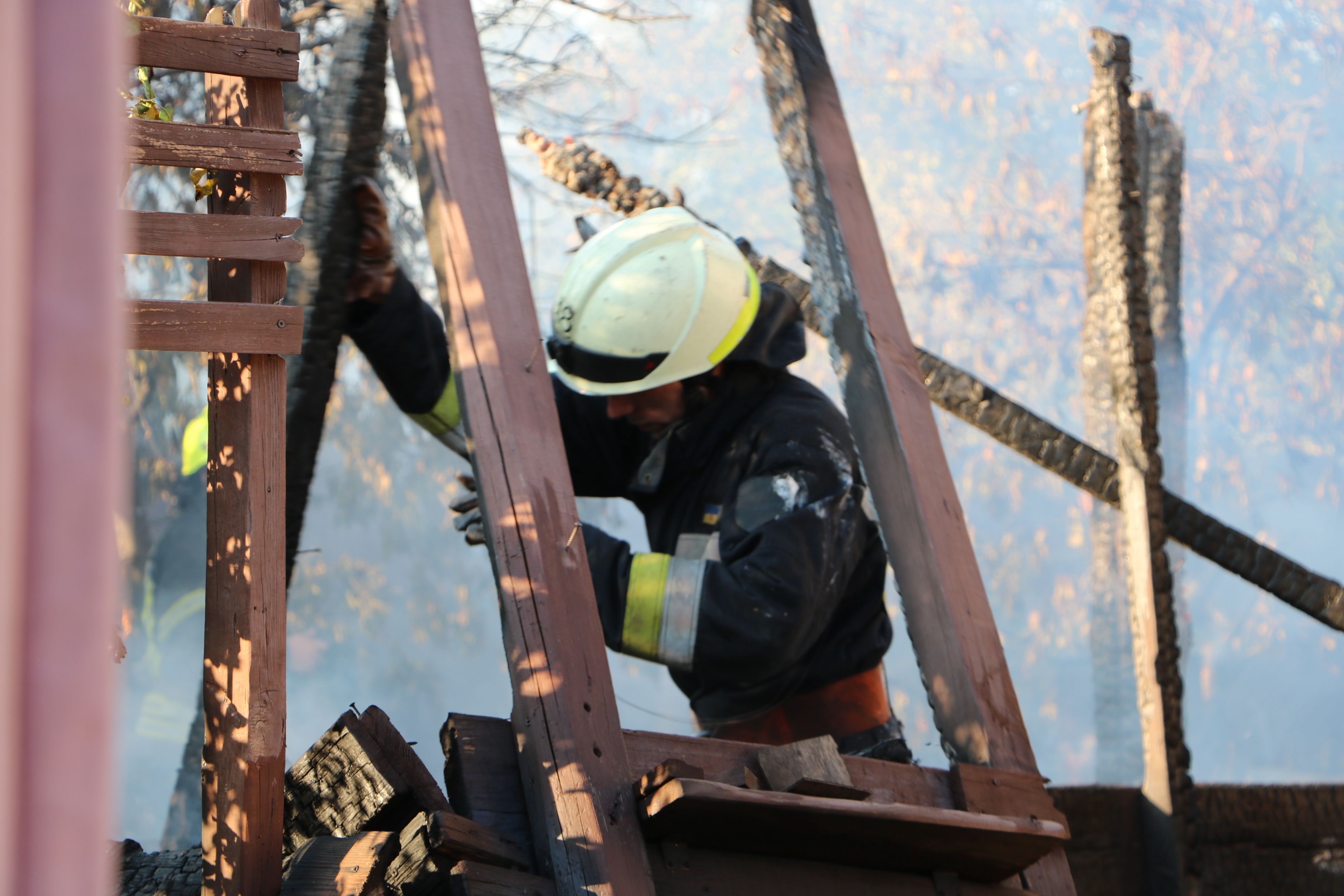 В Днепре горел жилой дом: тушили 3 пожарных машины. Новости Днепра