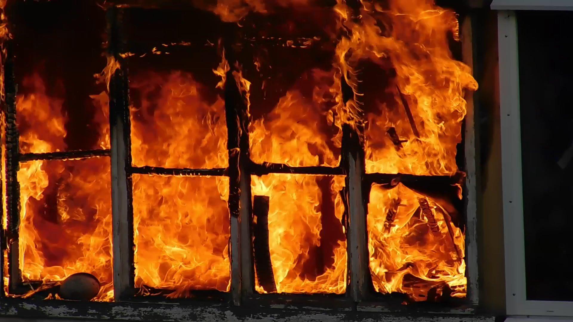 Пожар на Вокзальной: здание полностью охвачено огнем. Новости Днепра