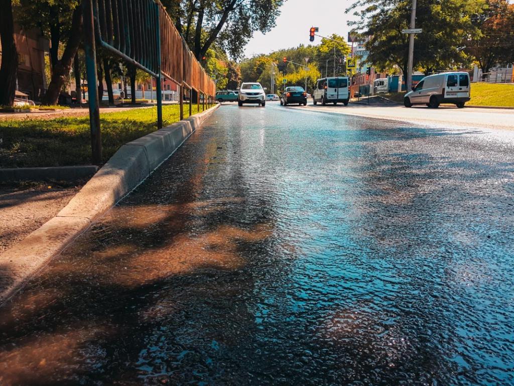 На одном из проспектов Днепра образовался фонтан: люди остались без воды. Новости Днепра