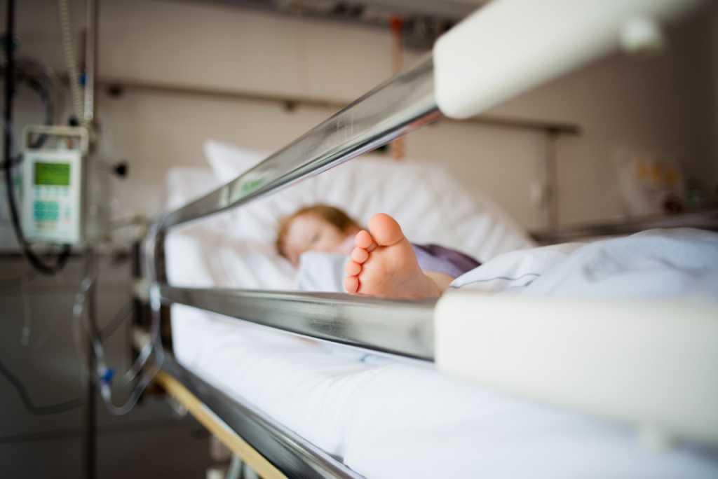 В Днепре ребенок получил сильный электрический разряд от дверной ручки киоска с мороженым. Новости Днепра