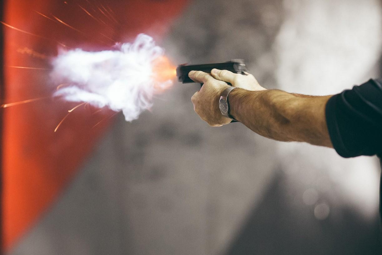 Посреди дня трое вооруженных людей ворвались в жилой дом: патрульным пришлось стрелять. Новости Днепра