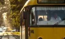 «Переоценил свои возможности»: микроавтобус застрял на трамвайных путях