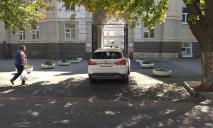 «Ему так удобно»: в Днепре внедорожник неудачно припарковался