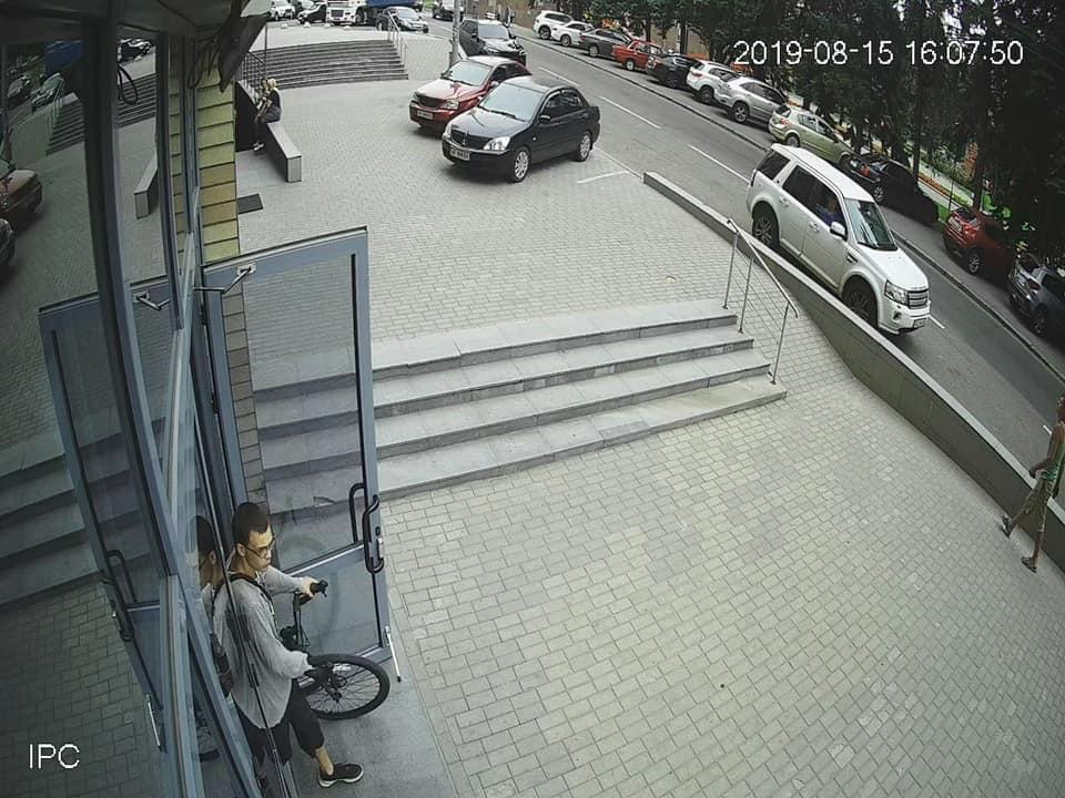 «Ходит по дворам, проверяет все подъезды и этажи»: в Днепре на камеры попал наглый преступник. Новости Днепра