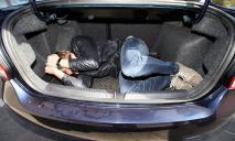 В Днепре патрульные оставили машину преступников с заложником в багажнике