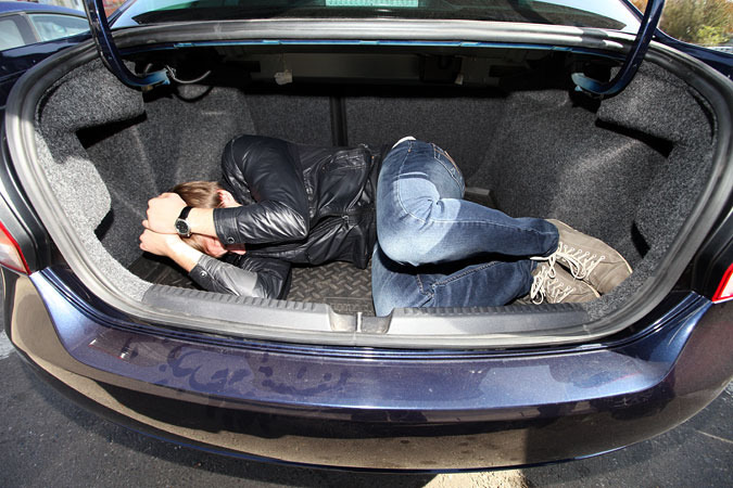В Днепре патрульные оставили машину преступников с заложником в багажнике. Новости Днепра