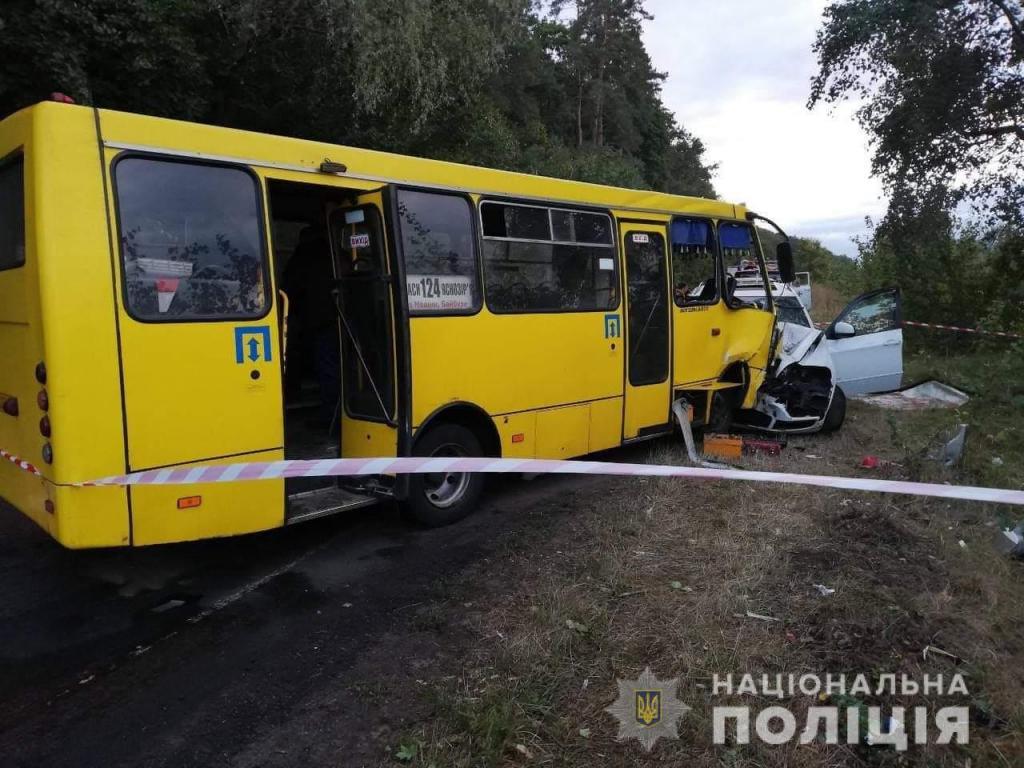 Столкнулись автобус и легковушка. Новости Украины