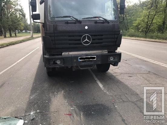 Не смог остановиться: грузовик въехал в 2 легковушки на большой скорости. Новости Днепра