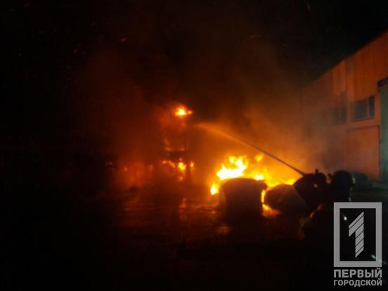 Ночью на стоянке загорелись фуры: подробности. Новости Днепра