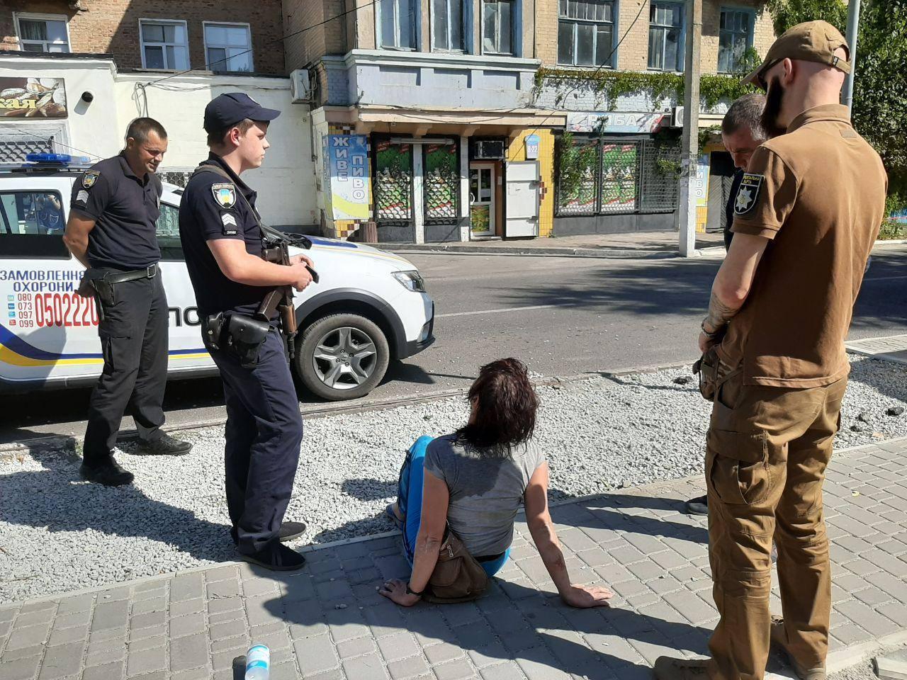 «Прилегла на дороге»: нетрезвая полуголая женщина мешала движению транспорта. Новости Днепра