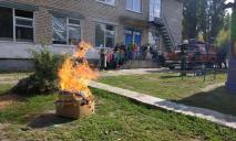 Как настоящие спасатели: дети оделись в боевую одежду и тушили пожар