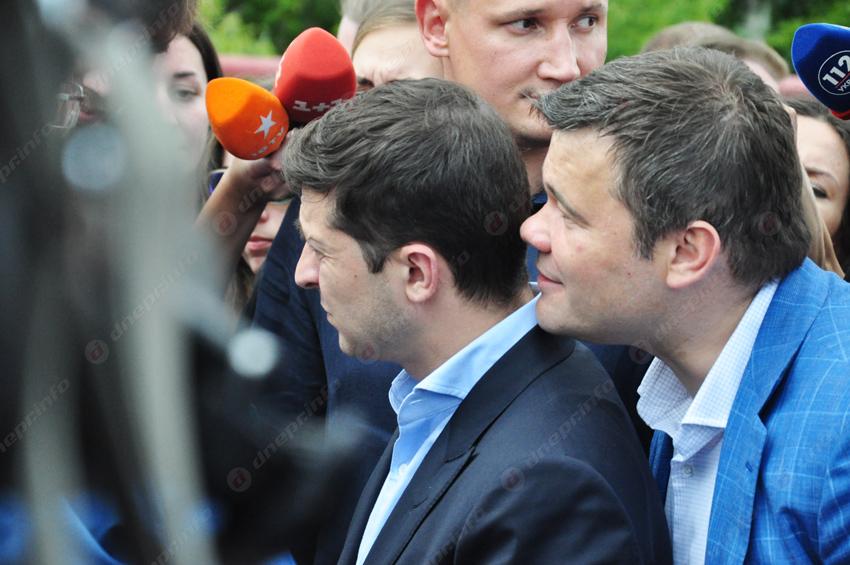Стали известны зарплаты Зеленского и его команды. Новости Украины
