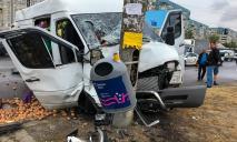 Жуткая авария в Днепре: столкнулись микроавтобус и легковушка