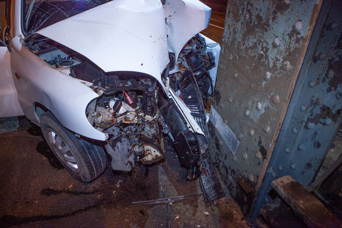 На Старом мосту авто влетело в опору. Новости Днепра