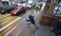 «Перебеги перед машиной»: дети бросаются под колеса автомобилей