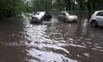 «Потоп» в Днепре: пешеходы и автомобили «плывут» по дорогам