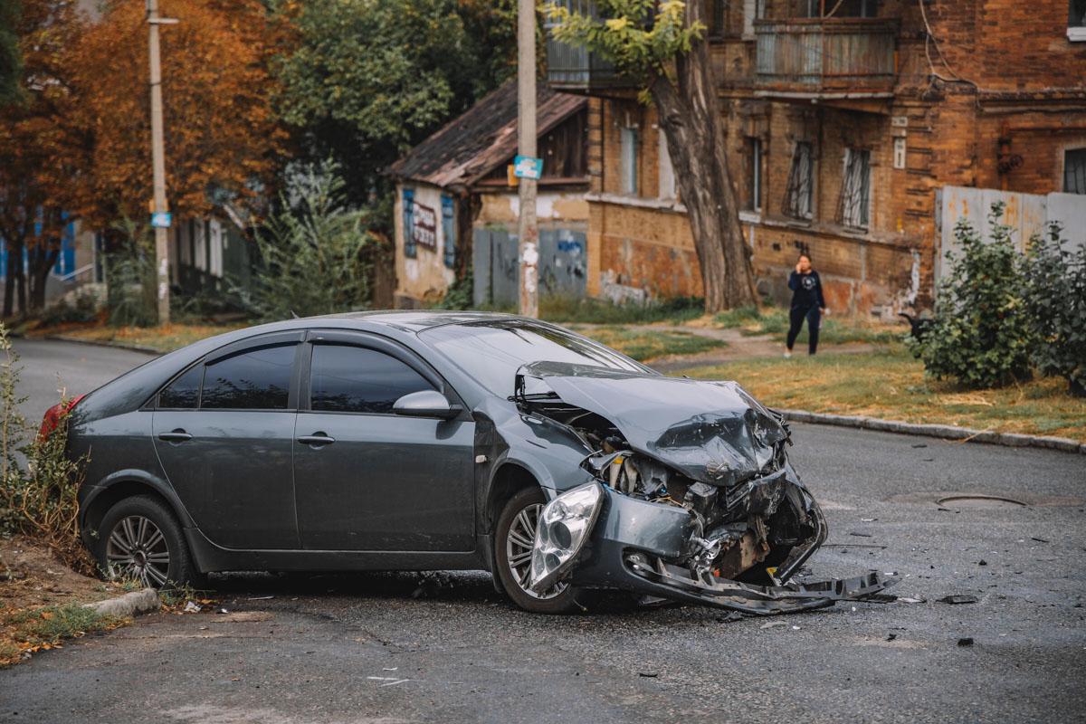 ДТП в Дніпрі: від удару автомобіль ледь не врізався в житловий будинок. Новини Дніпра