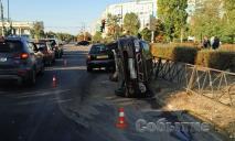 ДТП: от удара автомобиль перевернулся на бок и снес ограждение