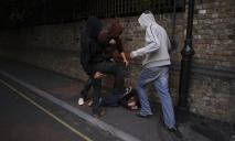 На улицах Днепра небезопасно: мужчину избили и ограбили прямо на остановке