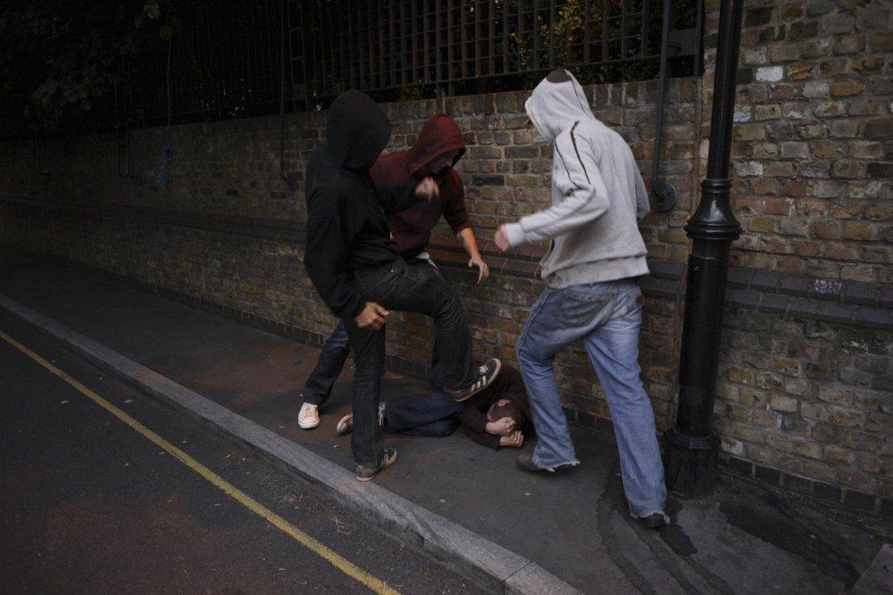 На улицах Днепра небезопасно: мужчину избили и ограбили прямо на остановке . Новости Днепра