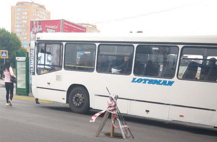 «Проблема решена»: как автомобилистов предупредили об открытом люке под мостом. Новости Днепра