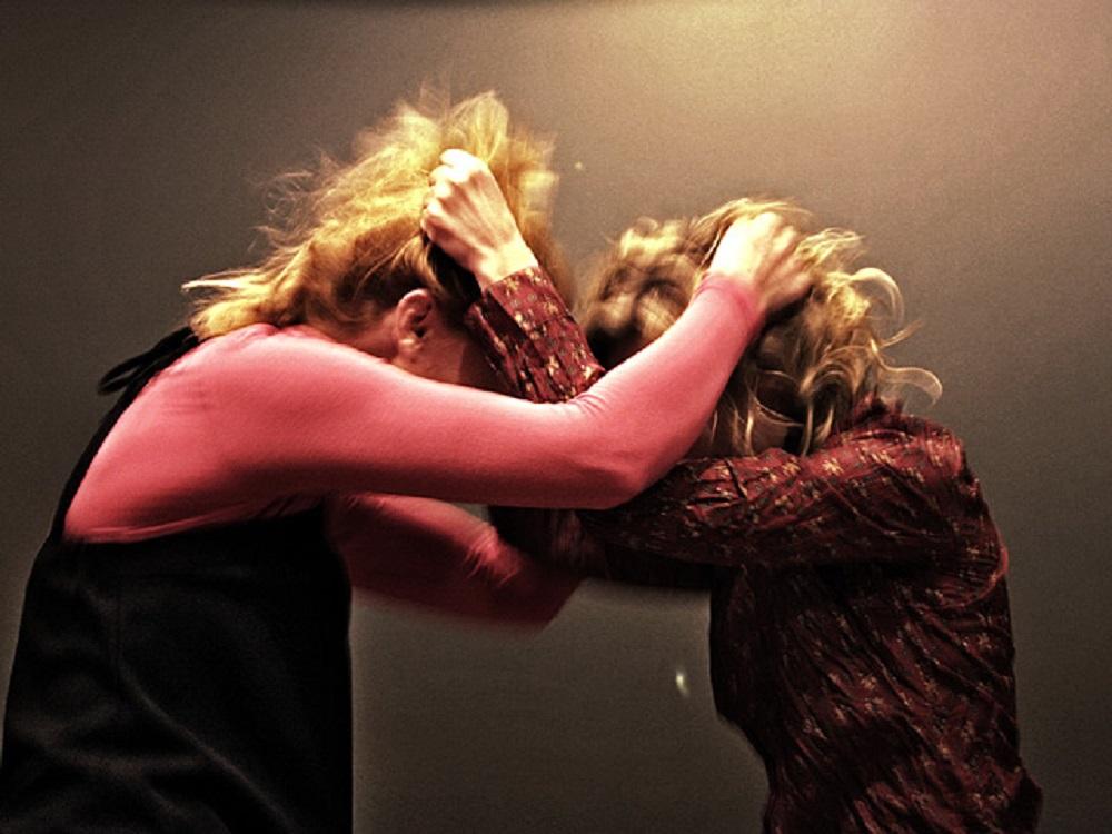 «Били по голове, почкам и ногам»: мамы школьников подрались из-за конфликта детей. Новости Днепра
