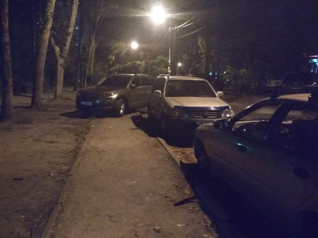 «Ночью тротуары не нужны»: как автохамы мешают пешеходам. Новости Днепра