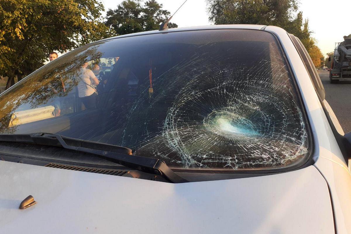 Шел в наушниках: парень попал под колеса легковушки. Новости Днепра
