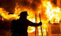 Масштабный пожар: огонь уничтожил гараж и повредил два соседних