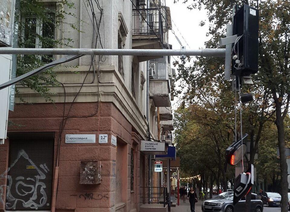 «Сначала просят поставить, а потом ломают»: в центре Днепра испортили светофор. Новости Днепра