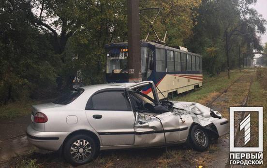 Столкнулись автомобиль и трамвай. Новости Днепра