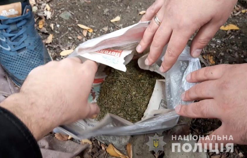 Носив із собою 100 грам: чоловіка з наркотиками «здали» місцеві жителі. Новини Дніпра