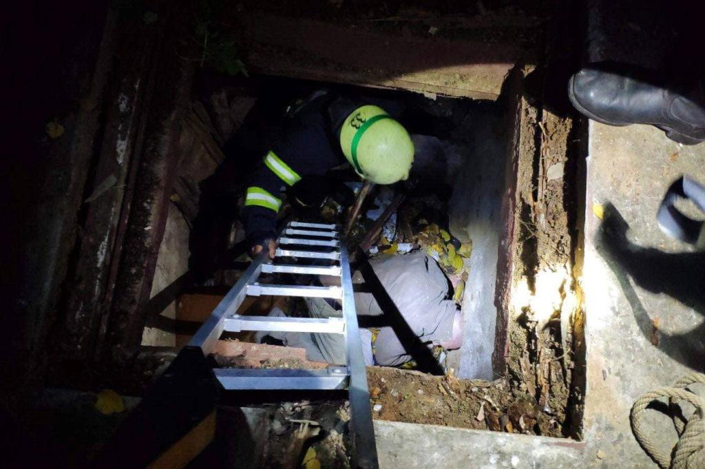 «Провалился»: мужчину спасали 4 людей. Новости Днепра
