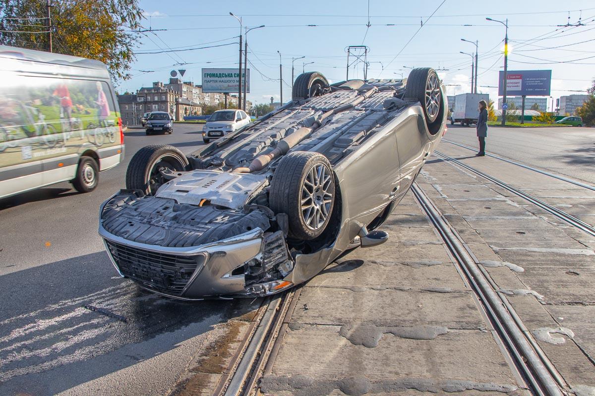 В Днепре перевернулось авто: движение заблокировано. Новости Днепра