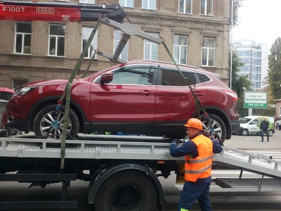 В Днепре массово эвакуируют автомобили: что случилось. Новости Днепра